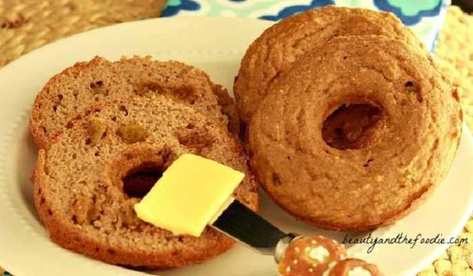 Paleo Plain or Cinnamon Raisin Bagels. Grain free and low carb version / beautyandthefoodie.com